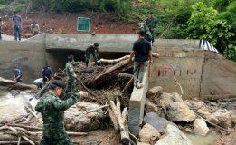 บก.ควบคุม กกล.รส.จว.ล.พ. ลงพื้นที่ฯ เพื่อสำรวจความเสียหายและช่วยแก้ไขปัญหา กรณีสะพานทางเข้าหมู่บ้านห้วยเหี้ยะได้รับความเสียหาย