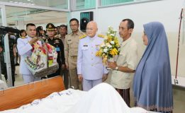 ผู้แทนพระองค์เชิญดอกไม้และตระกร้าสิ่งของพระราชทานมอบให้แก่ทหารที่ได้รับบาดเจ็บจากการปฎิบัติหน้าที่
