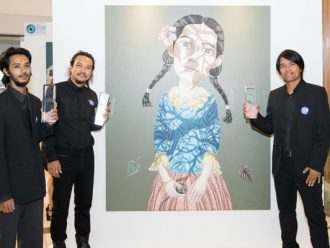 """สามศิลปินใต้ คว้าสามรางวัลใหญ่จากการประกวดจิตรกรรมยูโอบี ครั้งที่ 8 ประจำปี 2560 ประเภทศิลปินอาชีพ """"หนึ่งชีวิต"""" ผลงานจิตกรรมที่สื่อความไม่แน่นอนของชีวิตได้รับรางวัลชนะเลิศ"""