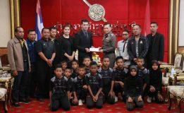 """ตำรวจแห่งชาติให้การต้อนรับคณะนักกีฬาเยาวชนจาก 3 จังหวัดชายแดนภาคใต้ จากชมรมแทนคุณแผ่นดินเพื่อกีฬามวย ภายใต้ชื่อโครงการ """" แม่ไม้มวยไทยสมานใจชาวใต้"""""""