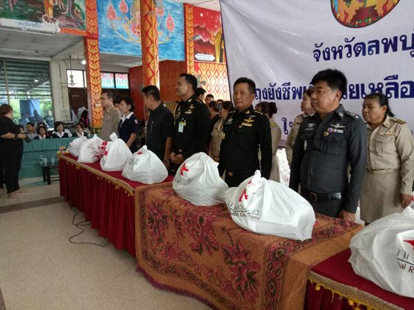 ผู้ว่าฯ ลพบุรีมอบถุงยังชีพช่วยเหลือประชาชนในพื้นที่ ต.ถลุงเหล็ก ที่ประสพภัยน้ำท่วมบ้านเรือน