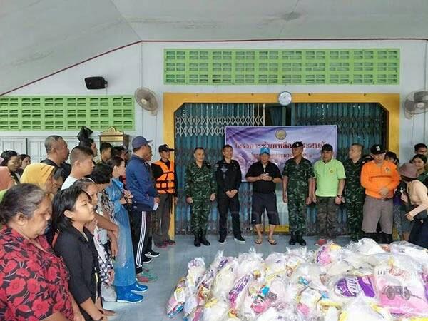 ผู้ว่าฯ จ.นราธิวาส ลงมอบข้าวสารอาหารแห้งช่วยเหลือผู้ประสบอุทกภัยน้ำท่วม