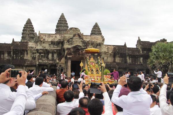 ประเทศกัมพูชาจัดพิธีสาสนาบวงสรวง ตัดบาตรพระสงฆ์ 5000 องค์ หน้านครวัด