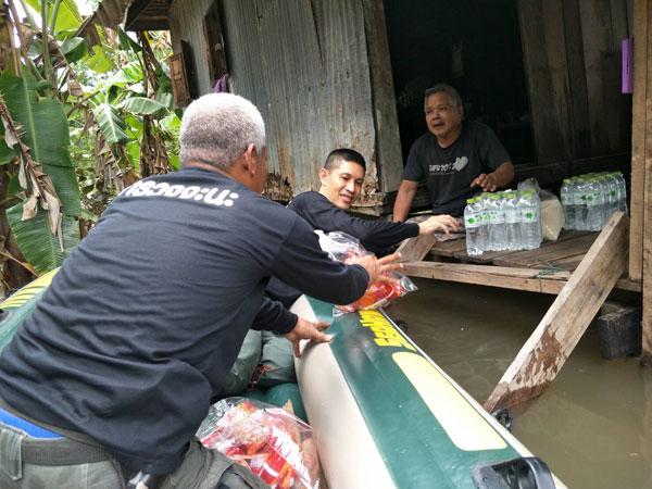 สถานีตำรวจภูธรจะนะออกเยี่ยมประชาชนบริเวณริมคลองสะกอม ซึ่งมีน้ำท่วมขังเป็นเวลาหลายวัน