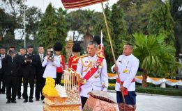 สมเด็จพระเจ้าอยู่หัวมหาวชิราลงกรณ บดินทรเทพยวรางกูร เสด็จพระราชดำเนินทรงวางพานพุ่มดอกไม้ ทรงจุดธูปเทียนเครื่องราชสักการะ ถวายบังคมพระบรมราชานุสาวรีย์พระบาทสมเด็จพระปกเกล้าเจ้าอยู่หัว