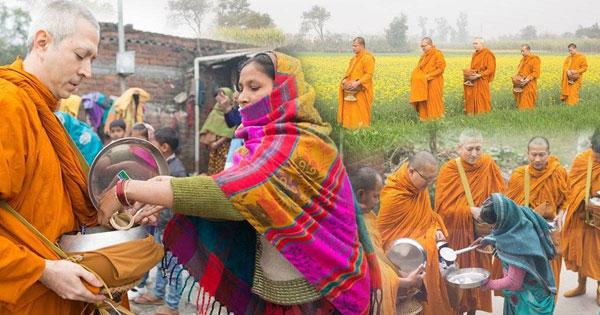พระแซม ยุรนันท์  ออกเดินเท้าบินฑบาตอาหารจากชาวอินเดียด้วยใจที่สงบ