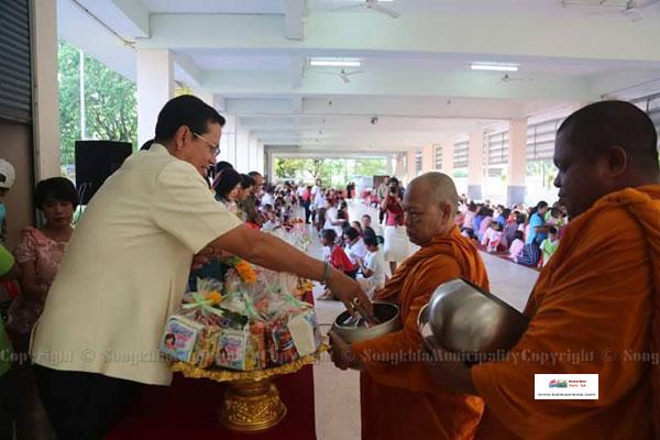 โรงเรียนเทศบาล 3 (วัดศาลาหัวยาง) ร่วมพิธีทำบุญตักบาตรวันเด็กแห่งชาติ ประจำปี 2561