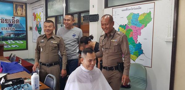 ตำรวจจิตอาสาเรียนตัดผมเพื่อช่วยเพื่อนตำรวจและชุมชน