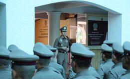 ตำรวจนครบาลนำข้าราชการตำรวจฝ่ายอำนวยการ ร่วมเคารพธงชาติ พร้อมทั้งให้โอวาทและมอบนโยบายในการปฏิบัติหน้าที่
