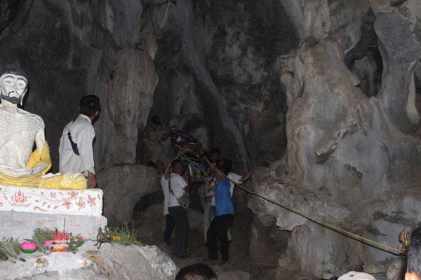 เบตง ชาวบ้านหลงเดินตกถ้ำได้รับบาดเจ็บ
