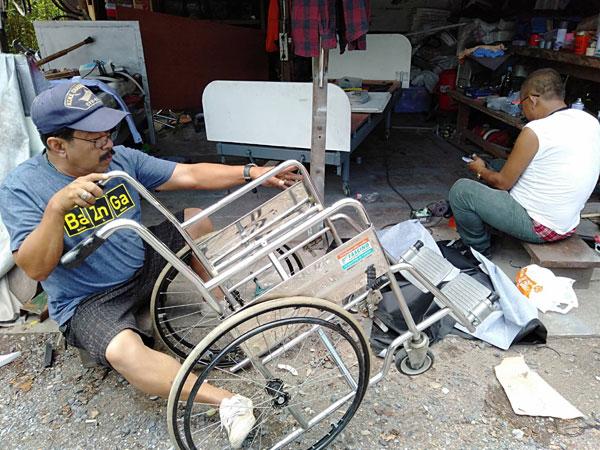 """""""ทีมงานกำนันเล็ก"""" ซ่อมแซมรถเข็นผู้พิการที่ชำรุดให้ใช้งานได้"""