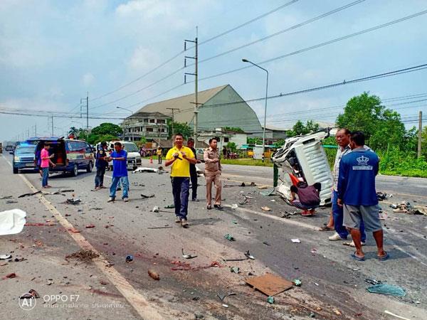 รถยนต์กะบะชนท้ายรถยนต์กะบะ และเสียหลัก ข้ามเลนมาชนกับรถบรรทุกพ่วง ผู้เสียชีวิต 2 ราย