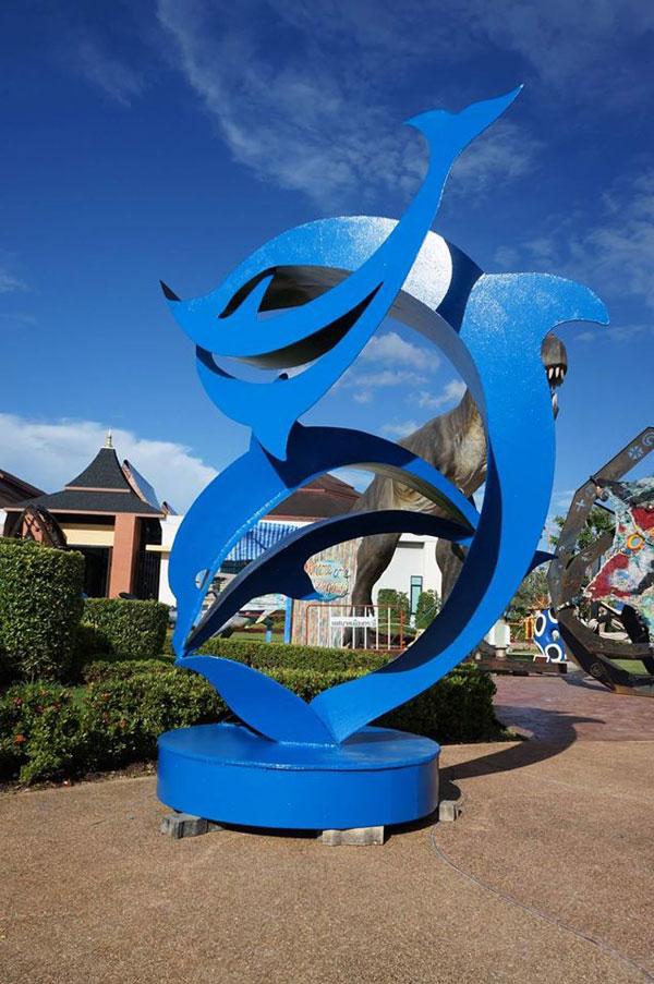 มรภ.สงขลา สร้างโลมาสีน้ำเงิน ประติมากรรมร่วมสมัย โชว์งานมหกรรมศิลปะ 'ไทยแลนด์เบียนนาเล่' ที่กระบี่