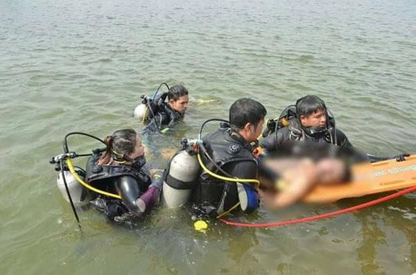 สุดเศร้า นักศึกษาวิทยาลัยชื่อดังชลบุรีทดสอบเครื่องเก็บขยะทางน้ำ แล้วสัญญาณขาดลงน้ำไปเก็บแต่เป็นตะคริวจมน้ำร้องให้เพื่อนช่วย เพื่อนลงช่วยแต่ไม่ทันจมน้ำหายดับต่อหน้าเพื่อน