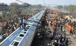 รถไฟตกรางในอินเดีย ตาย 7 เจ็บอื้อ ชาวบ้านนับร้อยแห่ช่วย