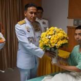 ร.๑๐ พระราชทานดอกไม้ตะกร้าสิ่งของ แก่ทหารบาดเจ็บระเบิดนราธิวาส