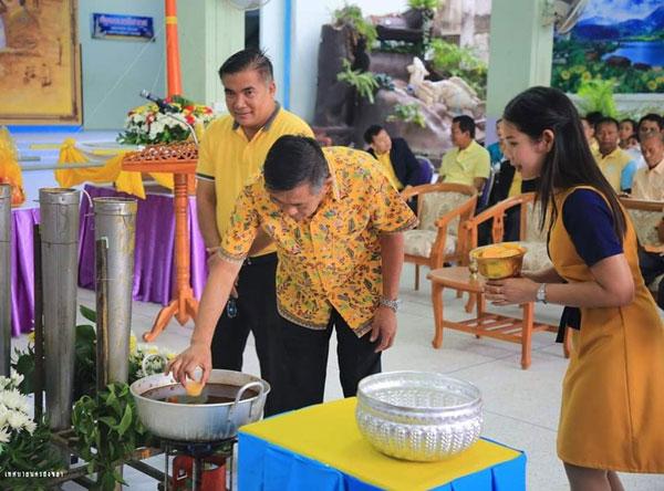 โรงเรียนเทศบาล 4 (บ้านแหลมทราย) จัดกิจกรรมหล่อเทียนพรรษา ประจำปี 2562