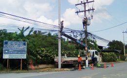 เทศบาลตำบลน้ำน้อยดำเนินการขยับเสาไฟฟ้าที่ตั้งกีดขวางการจราจร