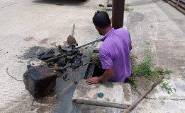 ทม.คอหงส์ลงพื้นที่ดำเนินการฉีดล้างคูระบายน้ำ บริเวณซอยยาใจ ในเขตพื้นที่ชุมชนบ้านคลองเปล